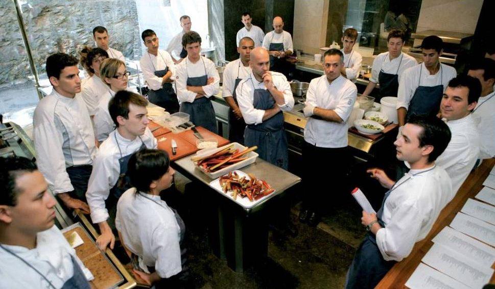 Thường xuyên training cho nhân viên nhà hàng